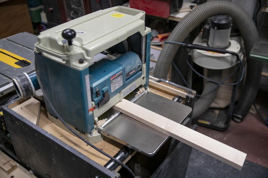 Gilles Lalonde ne fait pas que des travaux de maison. Sa passion, c'est l'ébénisterie. Il possède tout un attirail d'outils spécialisés, dont une raboteuse à bois, qu'il a installée dans un meuble de sa conception.