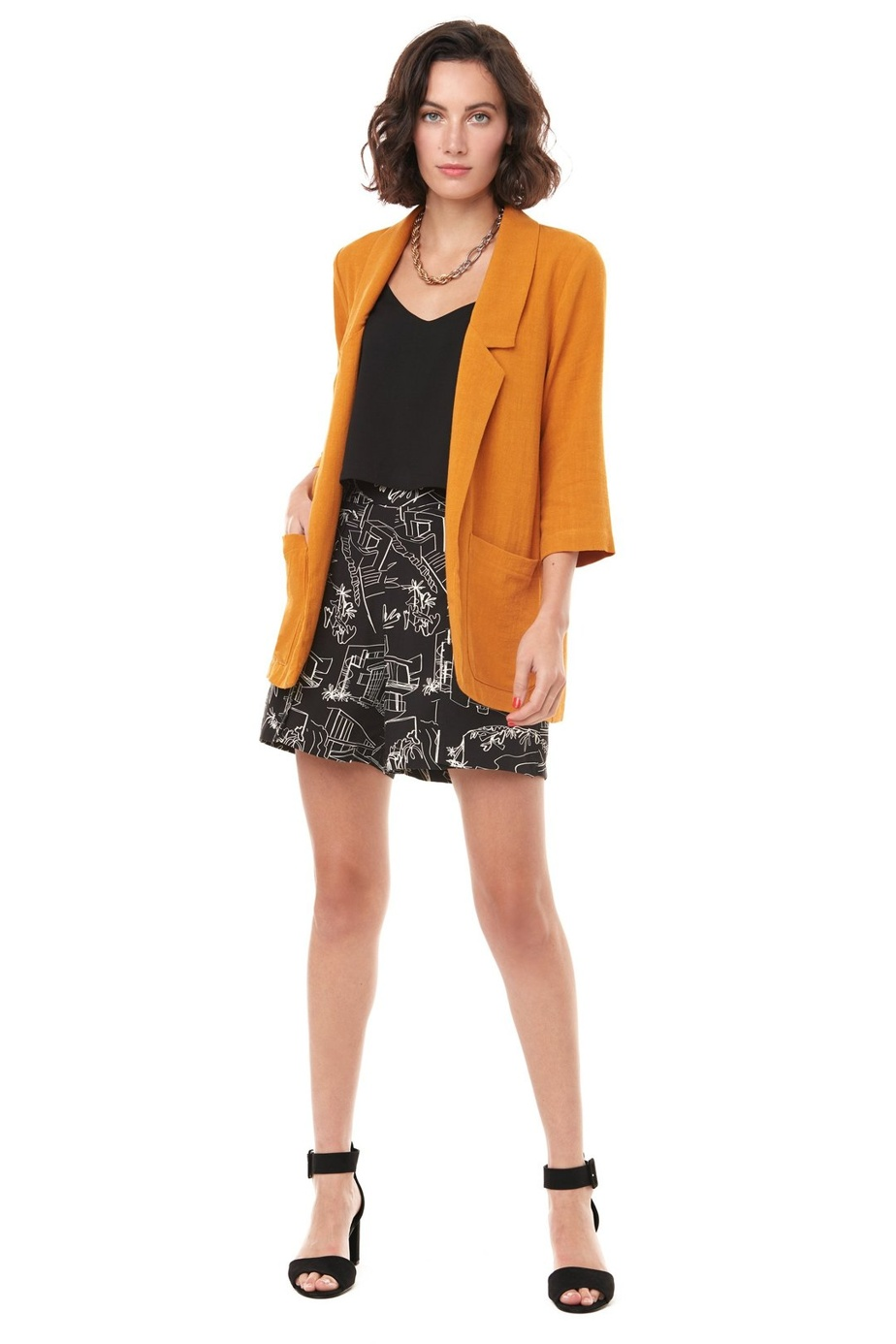 Chez Annie50, ce sont les couleurs vives qui définissent la collection printemps-été. Sur la photo: la veste Old Fashioned en viscose et en lin (225$) et le short Johnny Castle en rayonne et en viscose (155$).