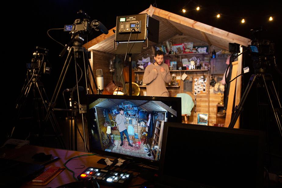 L'artiste et militant trans Adam Kashmiry se prépare avant de livrer une performance virtuelle enregistrée au Traverse Theatre d'Édimbourg, le 21 août. Connue notamment pour ses festivals estivaux, la capitale écossaise a été contrainte cette année d'annuler ses cinq grands festivals du mois d'août.