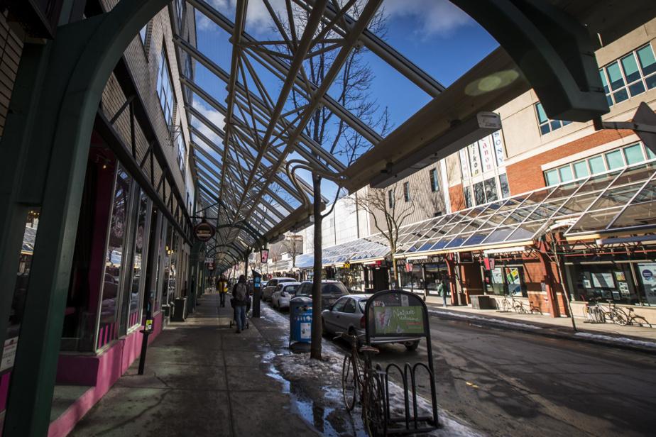 La Plaza et son ancienne marquise aux piliers verts près de la rue Bellechasse, où se trouve une autre institution de la Plaza, le magasin Lozeau (à droite), fondé en 1927.