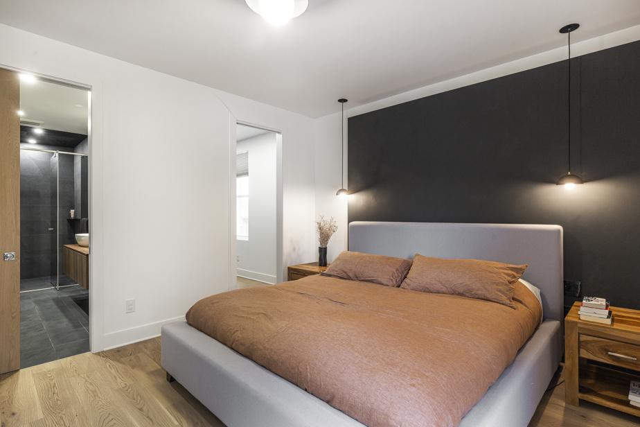 L'espace des maîtres est indépendant, puisqu'il comprend sa propre salle de bains et son walk-in, mais il est situé près des chambres des enfants.
