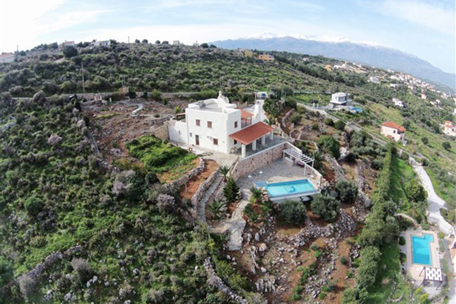 La maison est juchée au sommet d'une colline.