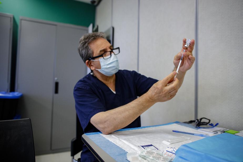 Un de ces cowboys est Mohand Brahmi. Médecin de famille en Algérie, M.Brahmi est venu au Québec en 2008. Il a travaillé pendant quatre ans comme infirmier avant de retourner exercer la médecine en Algérie jusqu'à sa retraite. Il y a quatre mois, M.Brahmi a décidé de revenir au Québec rejoindre sa famille. «J'ai décidé d'aider avec la campagne», dit-il. M.Brahmi a obtenu une autorisation spéciale et est vaccinateur pour le CIUSSS du Nord-de-l'Île-de-Montréal.