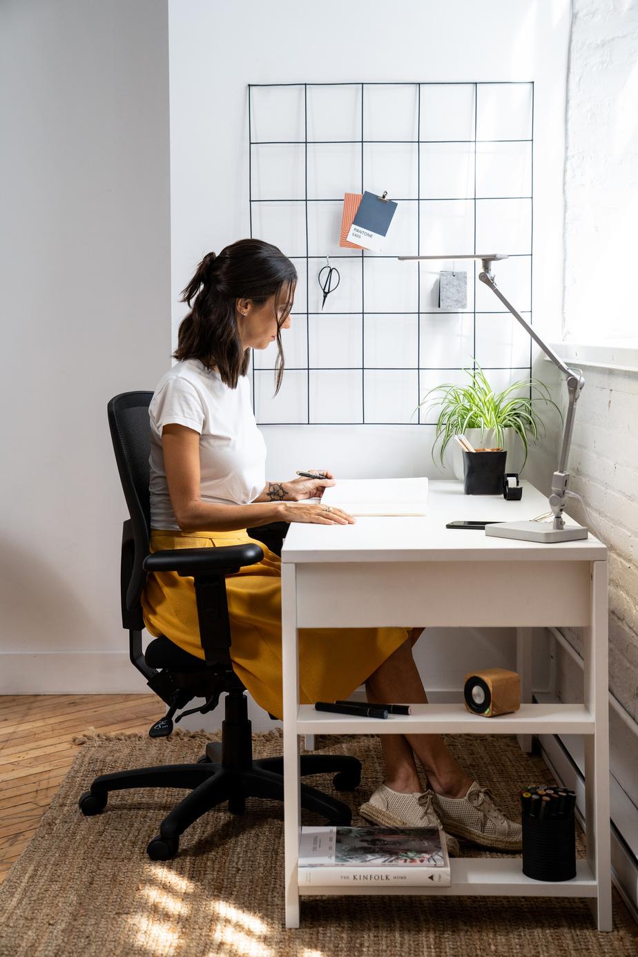 Artopex a récemment lancé trois types de bureaux adaptés au télétravail. Le modèle Arlow intègre une bibliothèque.