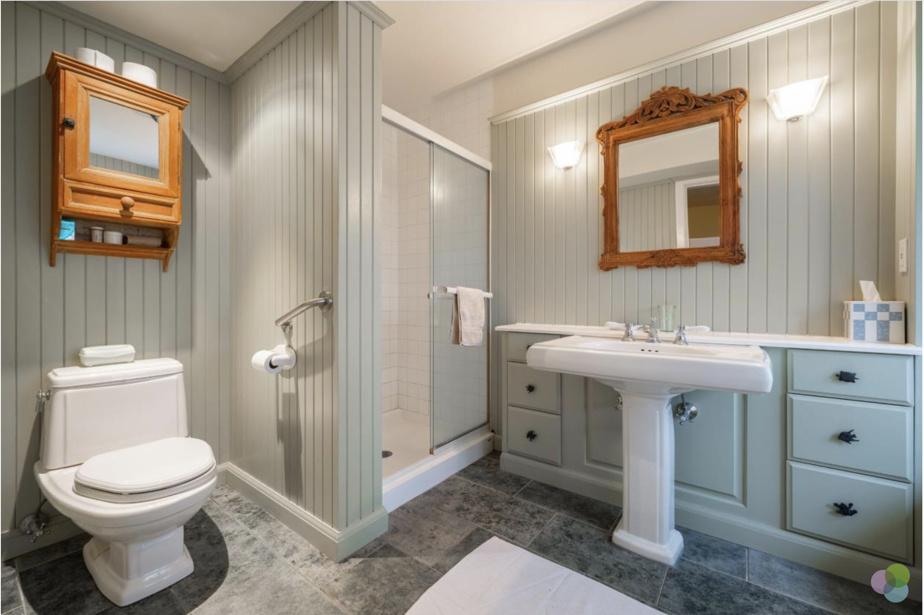 Il y a cinq chambres à l'étage. Avant les rénos, il n'y avait qu'une salle de bains. Les propriétaires en ont ajouté une attenante à leur chambre et ont agrandi la première pour mieux servir les invités.