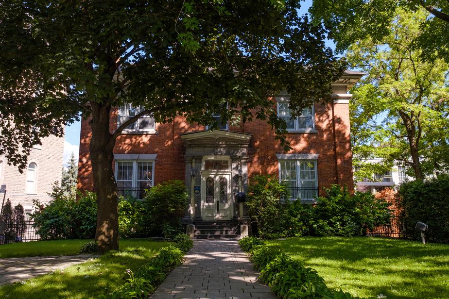 La Maison Buchanan, située rue Sherbrooke, juste à l'est du boulevard Saint-Laurent, a conservé sa prestance.