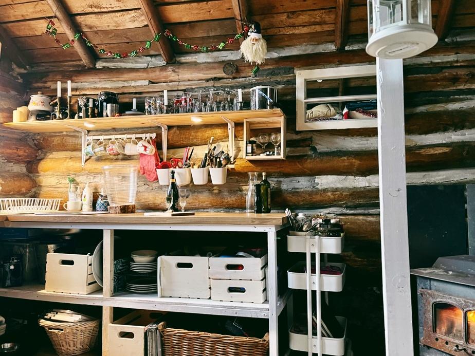Un budget a été débloqué pour réparer la structure de la cabane, le plancher et le comptoir. Le reste a été aménagé avec les moyens du bord et beaucoup de créativité.