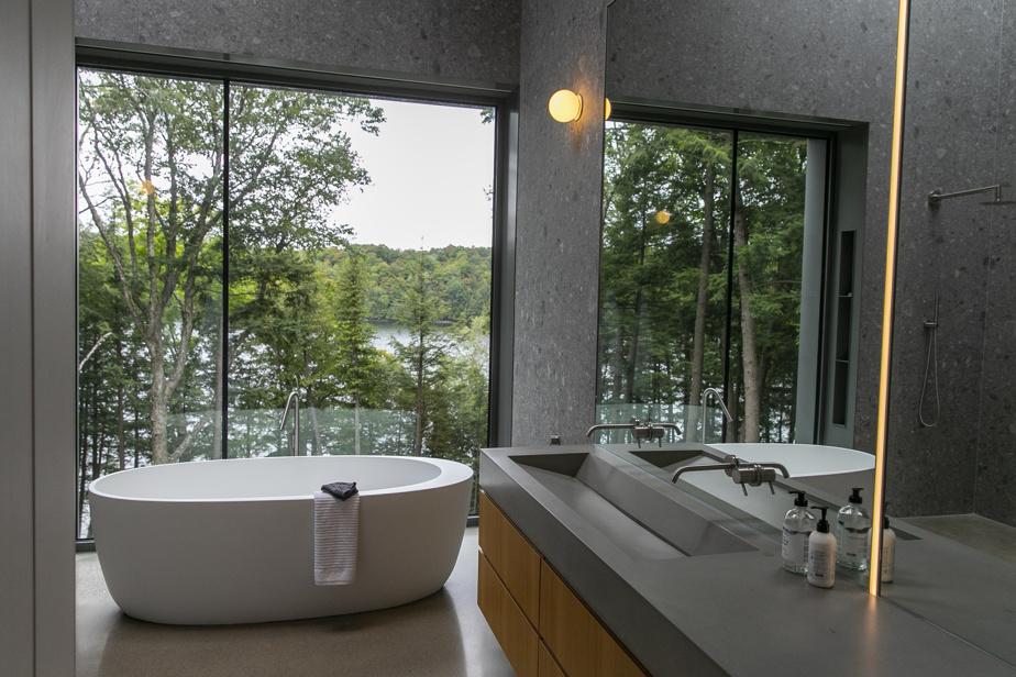 Les lavabos en béton ont été faits sur mesure: «un travail d'artiste», affirme le propriétaire de cette résidence qui compte quatresalles de bains et deux salles d'eau.