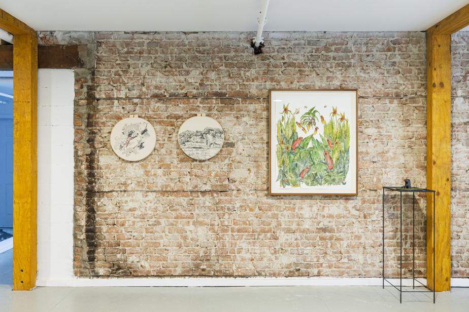 Vue de l'exposition Sentiers sauvages, avec des œuvres de Karine Locatelli (à gauche) et Isabelle Demers (à droite)