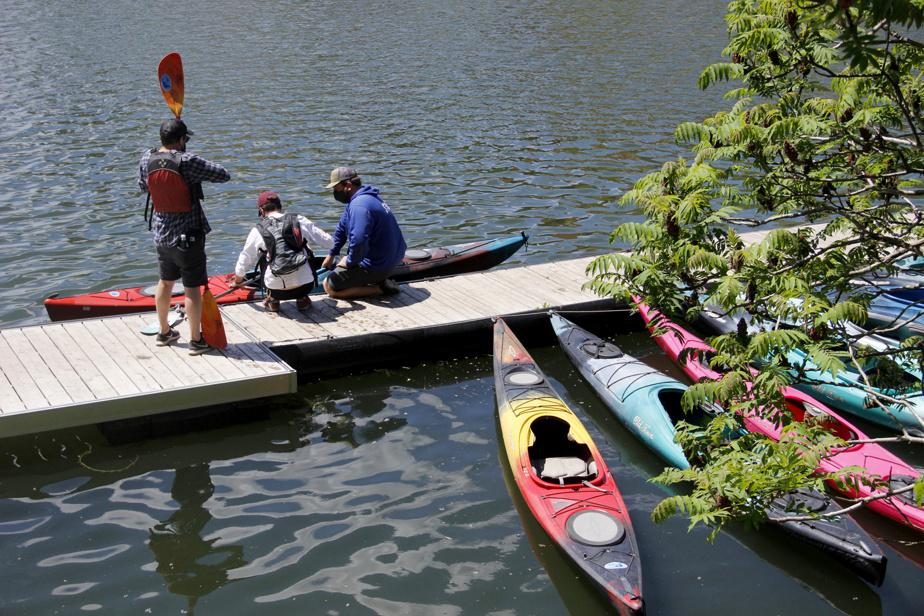 Les gens du Centre nautique du canal de Lachine (H2O Adventures) donnent un coup de mains aux clients lors de l'embarquement, une étape délicate.
