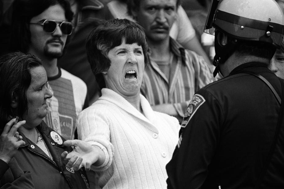En 1974, à Boston, lors de tensions raciales au sujet du bussing des élèves noirs vers les écoles publiques de quartier, une mère de Charlestown enguirlande un policier: «On ne m'enlèvera pas mes droits pour les donner à d'autres».