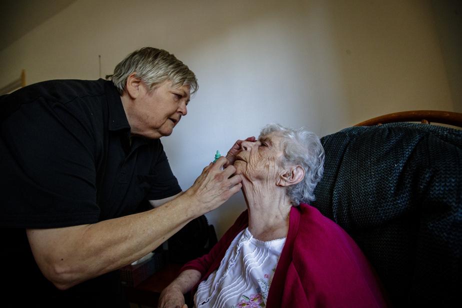 Joanne Adams et son amie Hélène Grittnr consacrent une bonne partie de leurs énergies à veiller Mme Baron. Celle-ci se réveille souvent la nuit. Déjà en juin, les deux proches aidantes étaient exténuées. Hélène Grittnr administre des gouttes ophtalmiques.