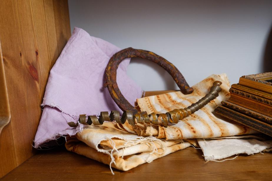 Designer d'intérieur de formation, MmeParadis fait des expériences d'artisanat. Ici, le résultat de tests de teinture de tissu avec des bleuets et de la rouille.