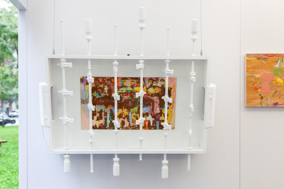 Sa dernière œuvre comprend une table de baby-foot avec, à l'intérieur, une peinture de portraits de footballeurs kabyles.