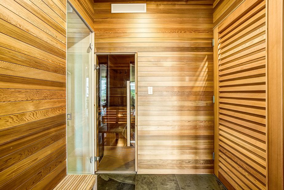 Un sauna et une douche vapeur assurent le bien-être en toutes saisons.