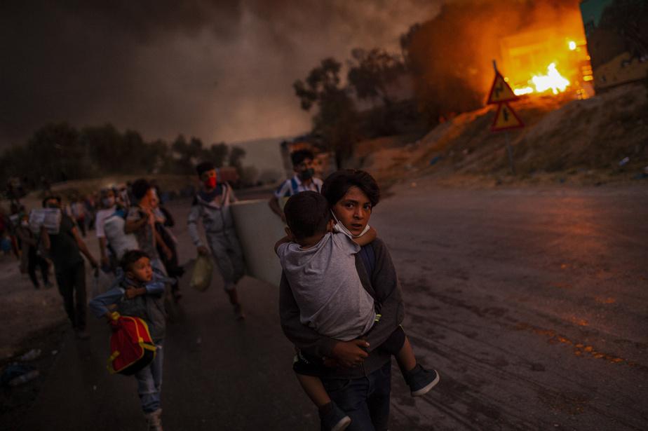 Le photojournaliste Angelos Tzortzinis, de l'Agence France-Presse, documente depuis huit ans les enjeux liés à la migration. Il présente à Visa pour l'image son travail sur l'exode des migrants et des réfugiés qui ont fui le camp de Mória en flammes, dans l'île de Lesbos, en Grèce.