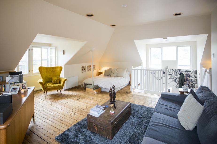 Le grenier est vaste et très lumineux avec ses grandes fenêtres et son haut plafond.