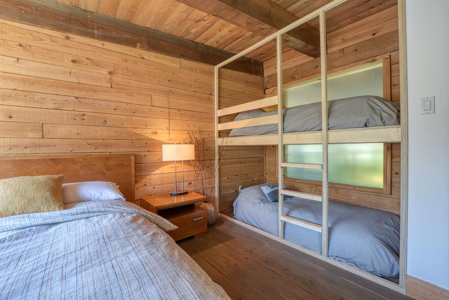 Une autre chambre, à l'étage. Les parents dans le grand lit, et les petits dans les lits superposés.