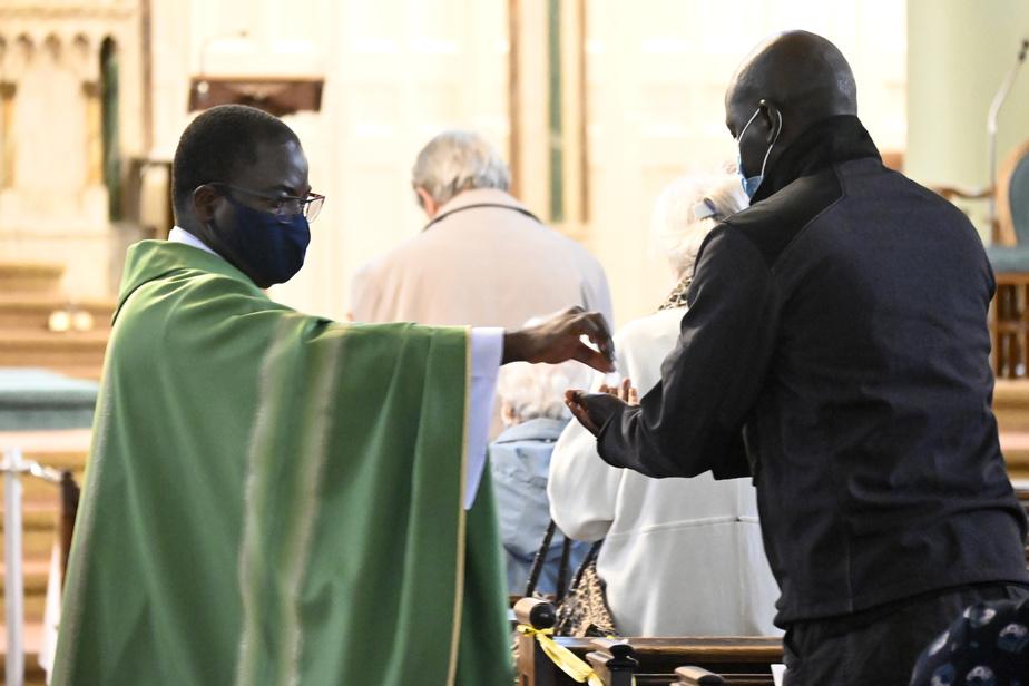 La communion se fait de main en main avec grande précaution, bras tendu. Tout le monde est bien évidemment masqué.