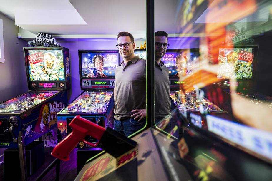 Après avoir acquis une première machine installée à l'étage de la maison, le couple a finalement fait de la place dans le sous-sol et monté une ambiance lumineuse rappelant un bar ou une salle de jeux.