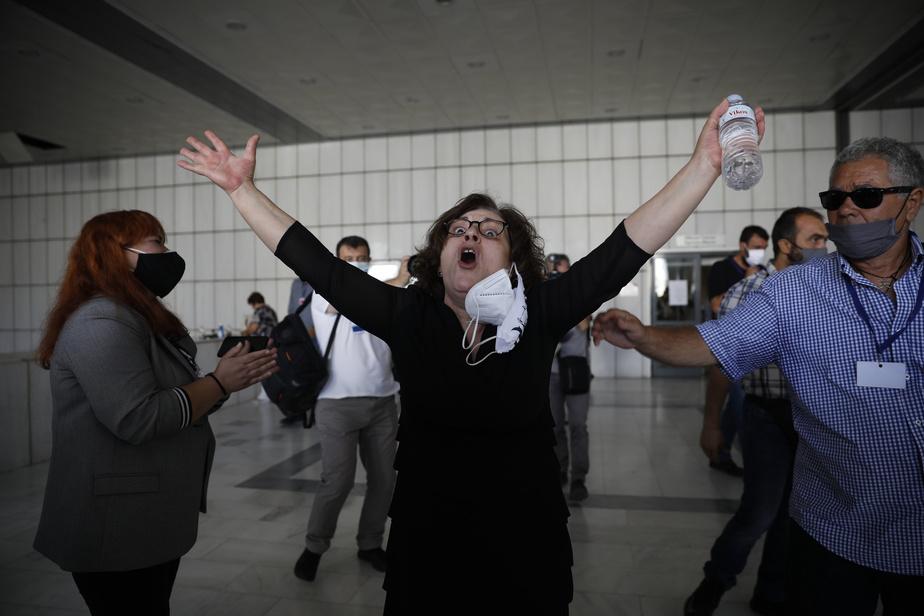 Magda Fyssas, mère d'un rappeur très engagé contre l'extrême droite qui a été poignardé à mort en septembre2013 par des membres d'Aube Dorée, a crié victoire devant les caméras.