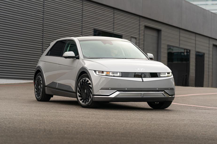 Hyundai Ioniq5 — En voilà un qui pourrait faire bien des ravages chez les multisegments compacts électriques. L'Ioniq5 couche des lignes inspirées des années1980 pour assurer sa différenciation et appuie son offre sur de multiples configurations de deux roues et quatre roues motrices. L'autonomie varie de 354 à 480km, selon la batterie choisie, et le véhicule est compatible avec des bornes de recharge rapide d'une puissance maximale de 350kW.
