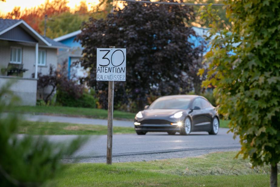 Pour inciter les automobilistes à ralentir dans la zone, des résidants ont peint des panneaux sur lesquels on peut lire: «30 attention ralentissez».