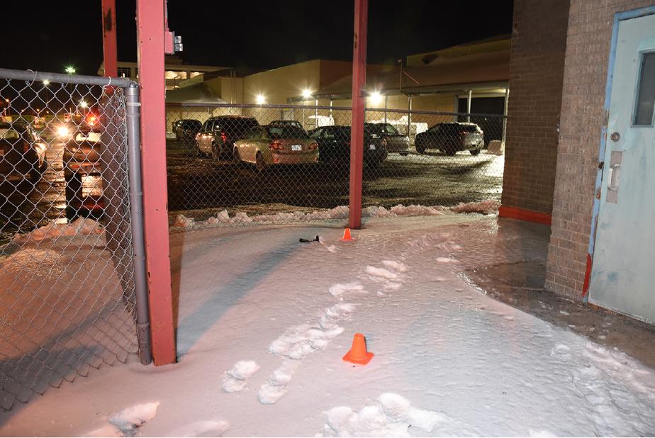 En fuyant, Anglade a laissé des traces de pas dans la neige, et lancé son arme, que l'on aperçoit près d'un cône orange.