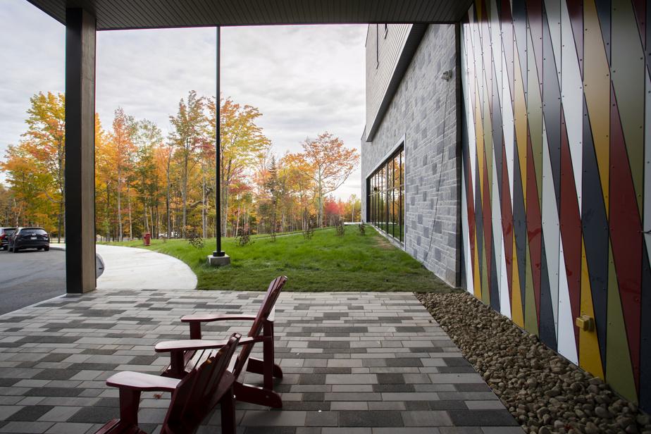 Plusieurs éléments traditionnels québécois ont inspiré les architectes de chez LemayMichaud, comme une mosaïque d'acier rappelant le tissage des ceintures fléchées.