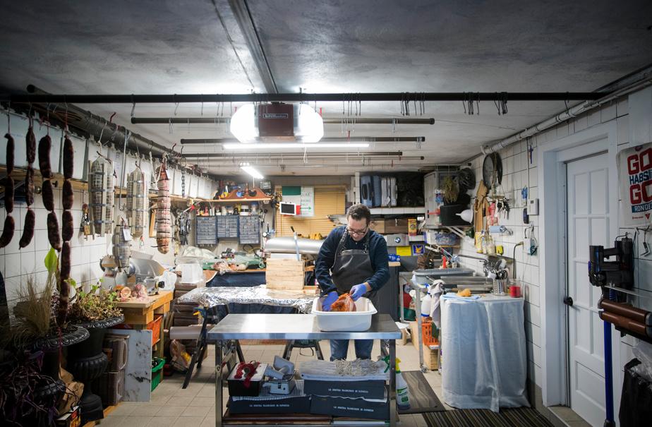 La Jaguar blanche de Giuseppe Gammieri passe l'hiver dehors parce que son garage devient une petite fabrique de charcuteries.