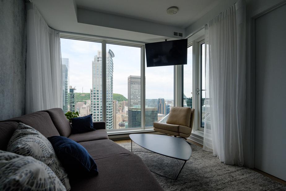 Dorine Fournier et Mario Randall désiraient habiter en hauteur. Ils ne se lassent pas de la superbe vue sur le centre-ville que leur procure leur condo, situé au 48eétage de la Tour des Canadiens2.