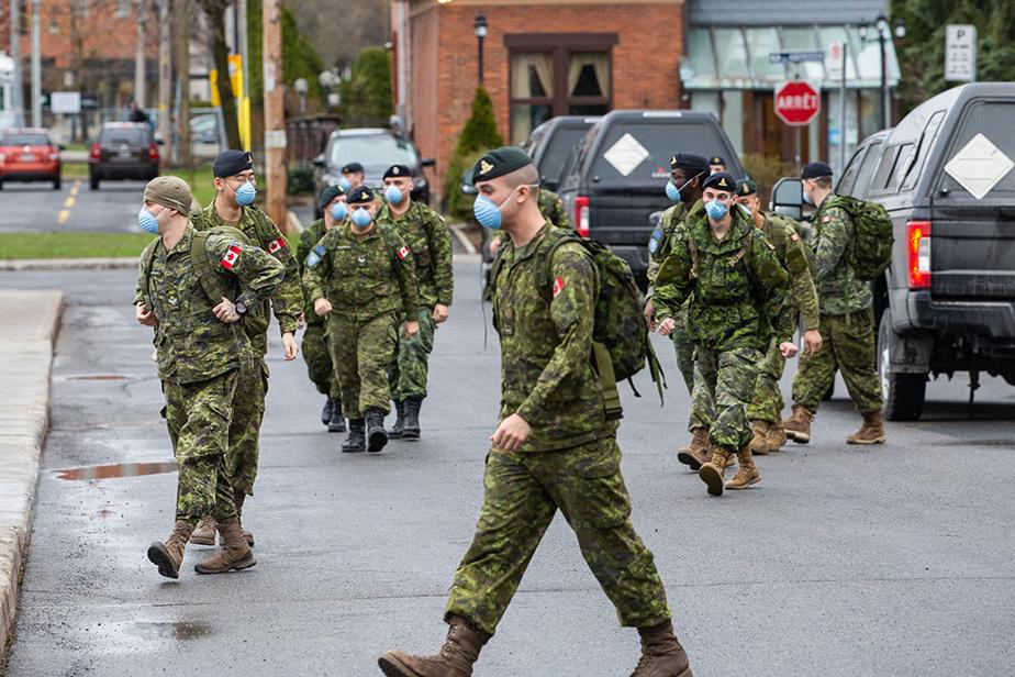 30avril2020. Les Forces armées canadiennes arrivent en renfort pour soutenir le personnel médical dans les CHSLD. Ici, un peloton composé de 25militaires est déployé au CHSLD Argyle à Saint-Lambert.