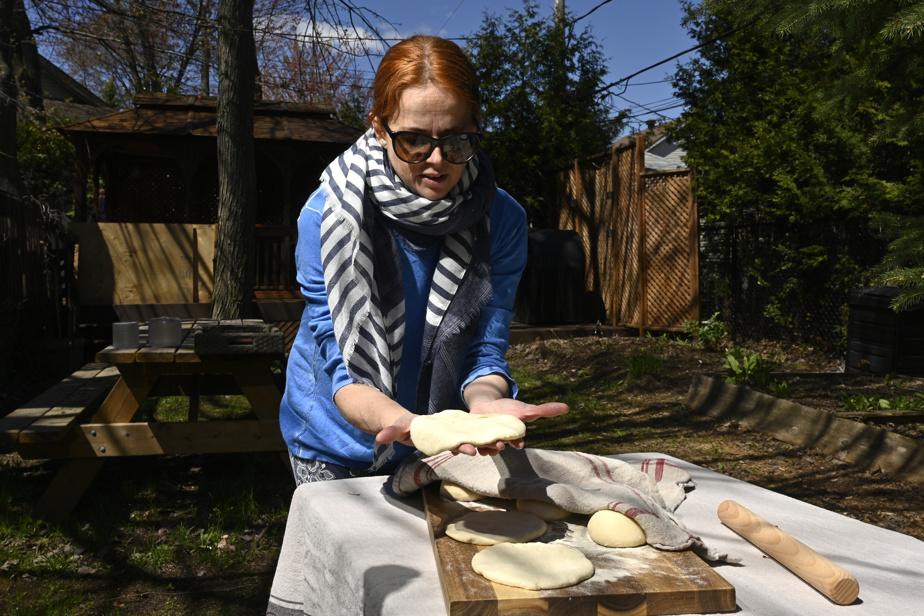 Après avoir formé des pains ronds de 0,5cm d'épaisseur, on les laisse lever environ 10minutes.