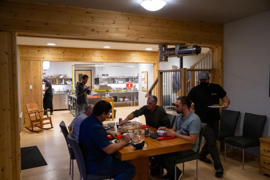 La station Uapishka est un arrêt idéal pour visiter la Réserve mondiale de la biosphère Manicouagan-Uapishka. Établi sur la rive du réservoir Manicouagan et au pied des monts Groulx, l'établissement est un projet en partenariat avec le Conseil innu de Pessamit. Plusieurs types d'hébergement sont offerts: chambres, chalets, dortoirs et places en camping. La station est le camp de base pour les randonnées dans les monts Groulx.