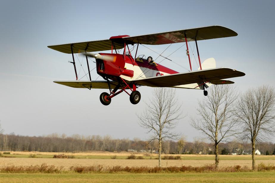 Le pilote Otto aux commandes de son avion de type Tiger Moth datant de la deuxième guerre mondiale effectue son décollage à l'aéroport Aéroparc de L'Île-Perrot.