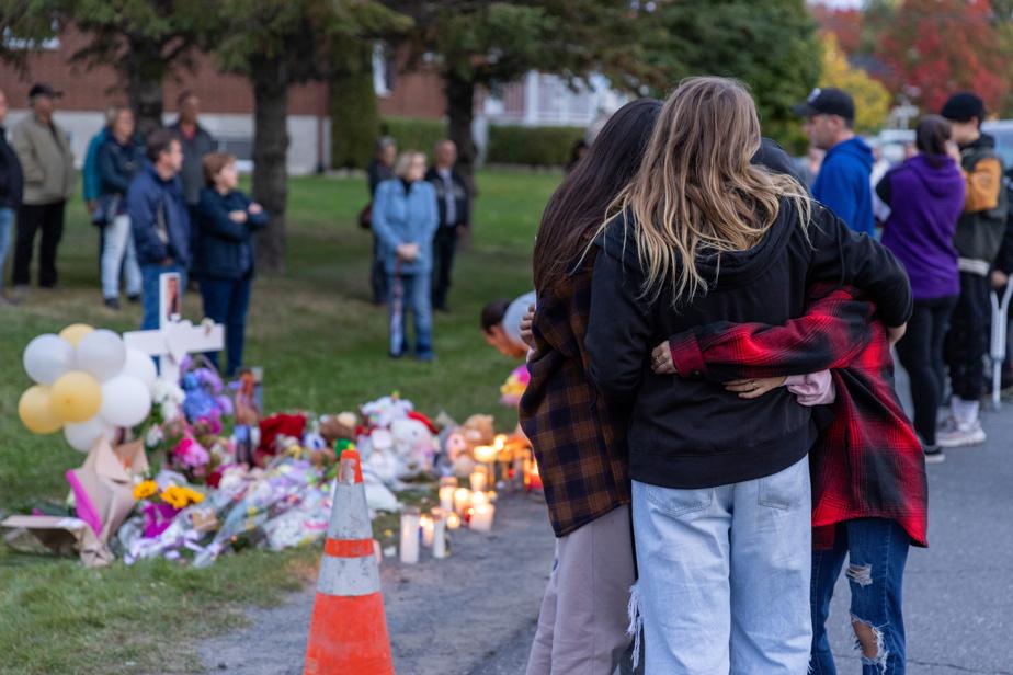 Une croix blanche a été plantée sur le boulevard Saint-Joseph Ouest, dans la petite municipalité du Centre-du-Québec.