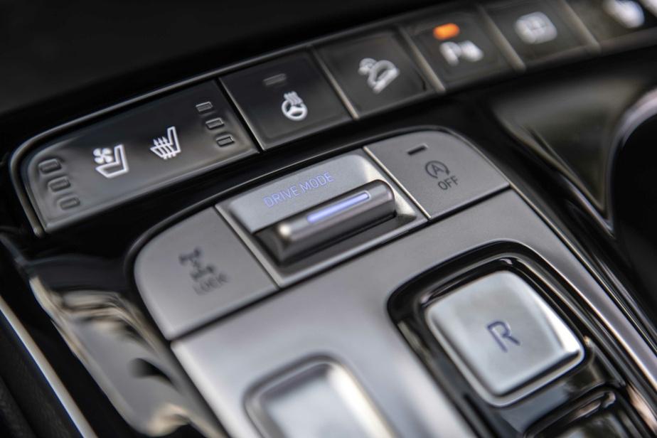 On note la substitution du sélecteur de vitesses traditionnel au profit de boutons-poussoirs.