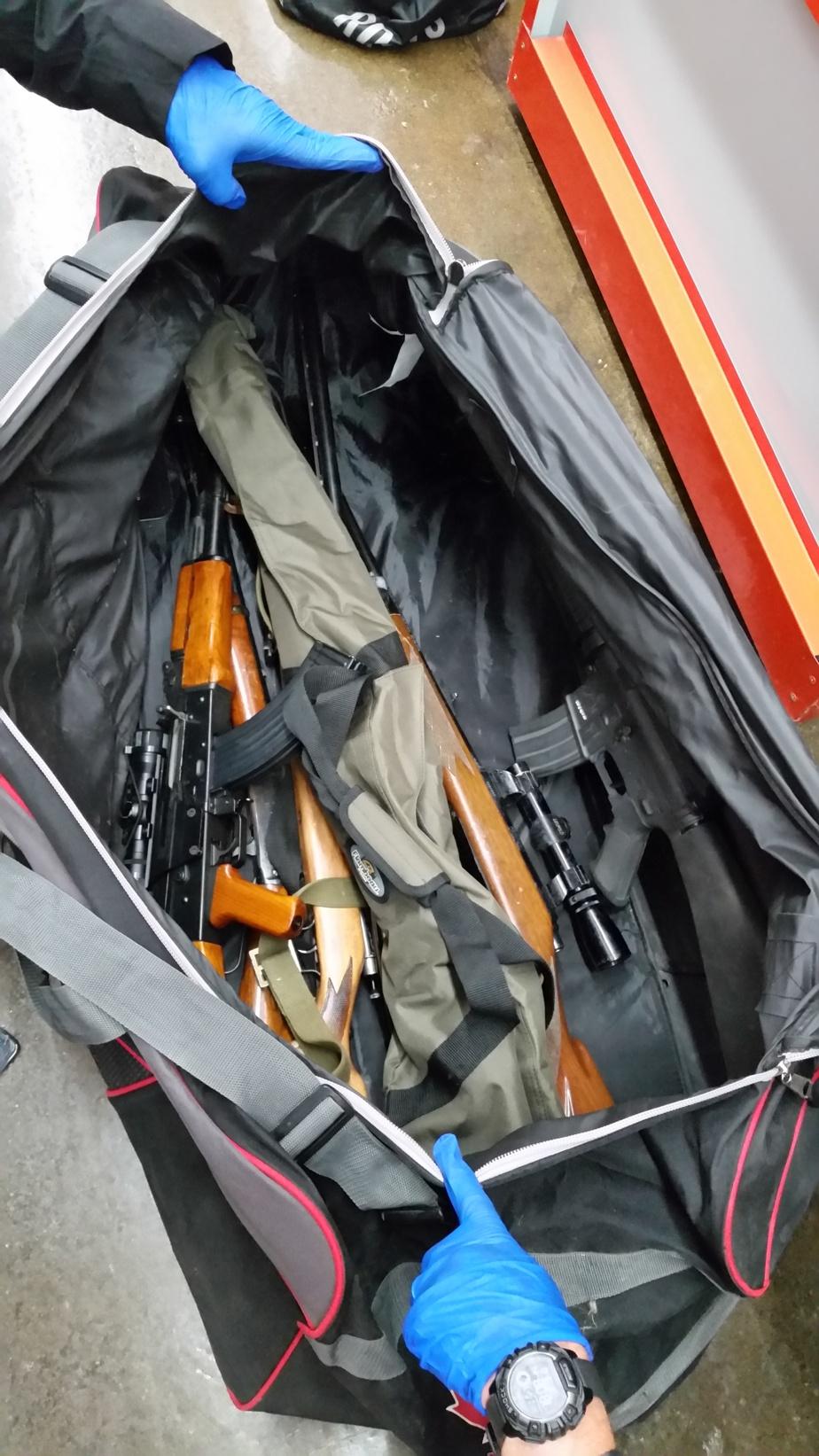 Arsenal d'armes à feu découvert dans un entrepôt anonyme de Laval à la suite de la dernière opération d'infiltration pour coincer les suspects du meurtre des frères Falduto
