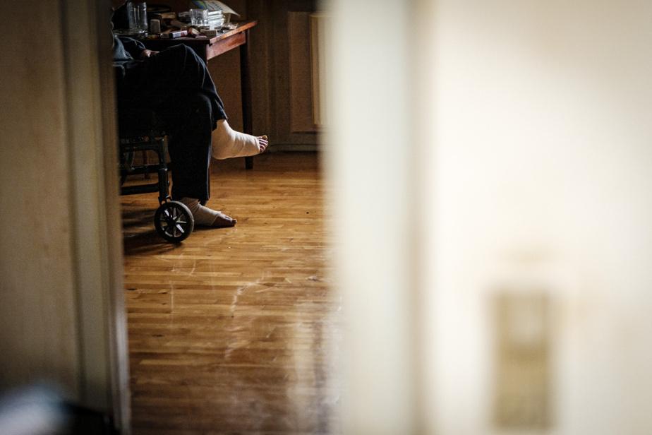 Lone Schjødt visite ce patient en fauteuil roulant trois fois par semaine depuis des années.