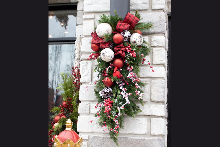 Réalisées sur mesure, les gerbes décoratives trouvent leur place un peu partout, que ce soit sur des colonnes ou au bas d'escaliers, indique Josiane Yelle, responsable du marketing chez Décors Véronneau.