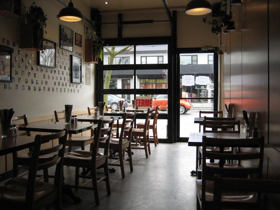 La fermeture des bars et des restaurants a marqué cette année de pandémie. Cette photo a été prise par Sylvio Le Blanc le 3avril, auCafé Crème, rue Fleury Est, à Montréal. Comme en ce moment, il était alors possible de commander à boire et à manger, mais pas de manger sur place.