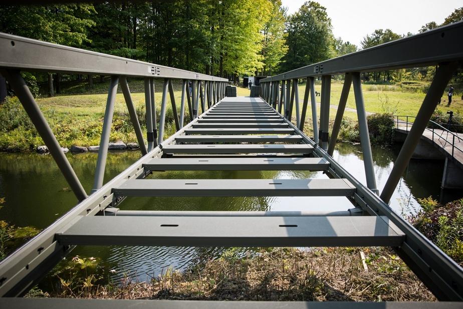 Ce pont portatif est réutilisable et résistant aux intempéries.