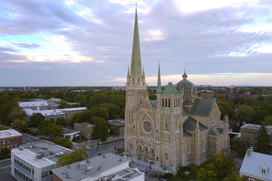 La cocathédrale se nomme ainsi parce qu'il s'agit de la deuxième église en importance dans le diocèse de Saint-Jean–Longueuil.