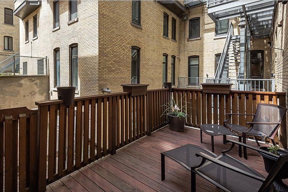L'appartement est également doté d'une terrasse directement reliée à la cuisine, un atout rare dans l'immeuble.