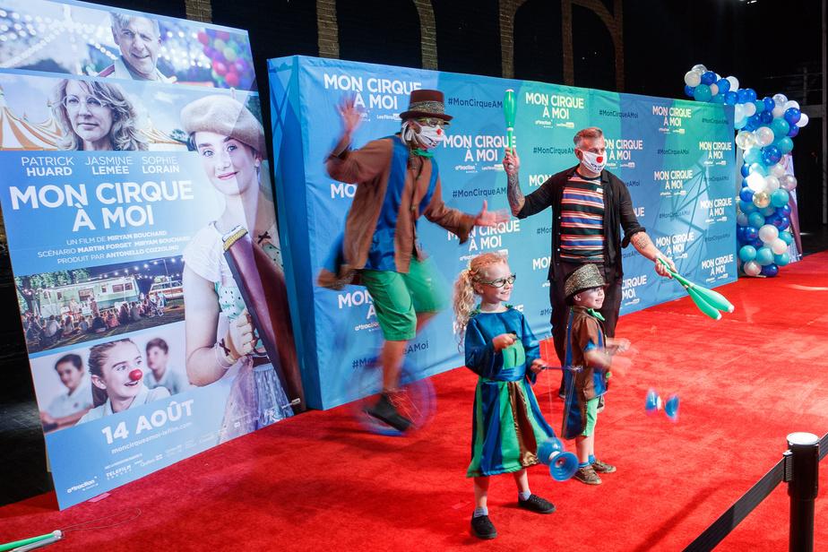 L'artiste de cirque Jolain Belisle a formé Patrick Huard dans le rôle du clown Bill, personnage inspiré du père de la réalisatrice, Reynald Bouchard, comédien, clown et poète mort il y a 10ans. Il a notamment appris au comédien à jongler (avec trois balles). On le voit ici avec ses enfants, Mya et Élio. Cette famille de circassiens, qui a fondé sa propre compagnie (Productions3.2.1. Cirque), a défilé sur le tapis rouge en multipliant les acrobaties. Patrick Huard a fait équipe avec la jeune comédienne Jasmine Lemée (qu'on ne voit pas sur notre photo), mais nous a dit regretter de ne pas pouvoir «vivre pleinement» ses «retrouvailles» avec les acteurs du film un an après la fin du tournage.