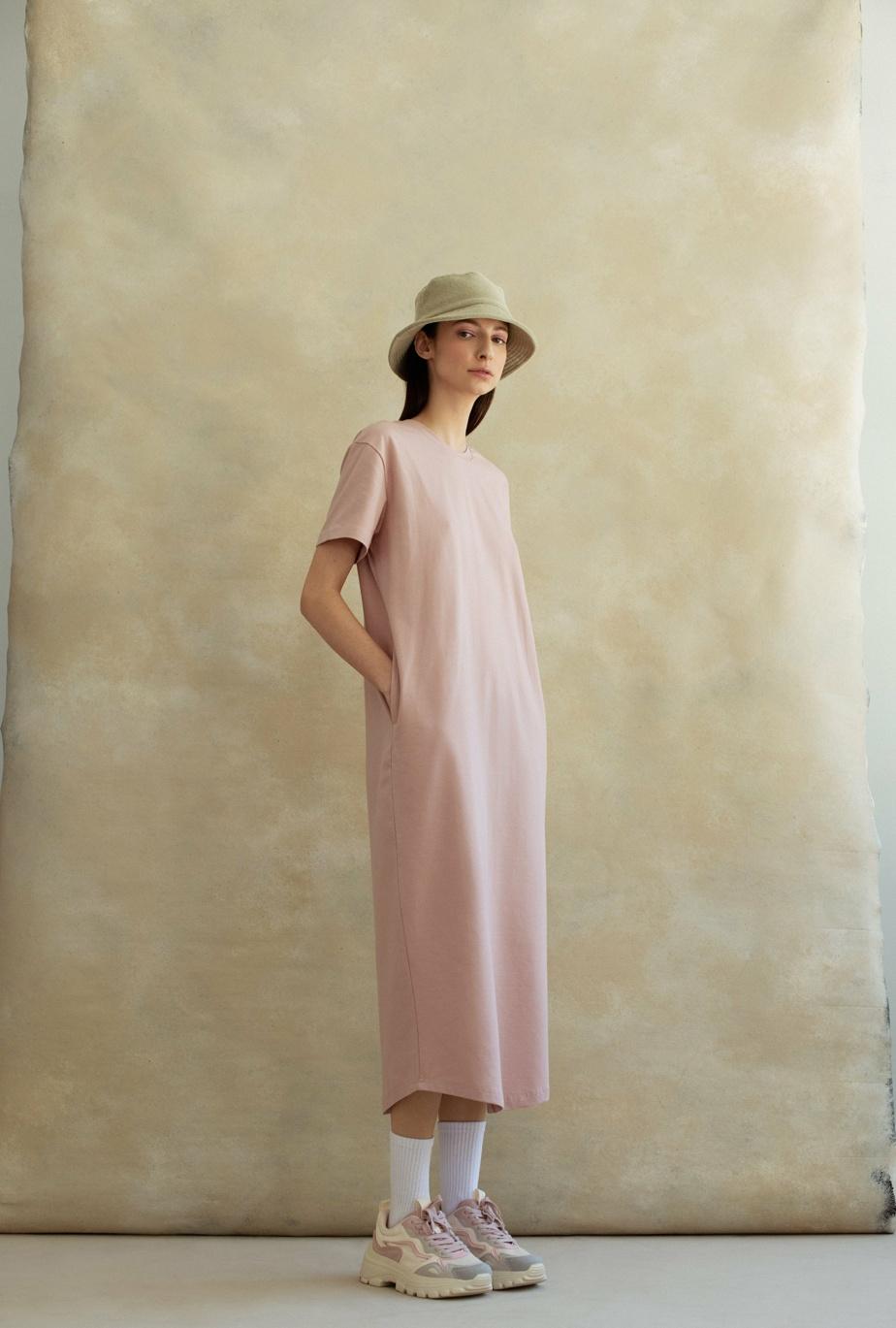 La robe t-shirt surdimensionnée à manches courtes est offerte en quatre couleurs, 139$.