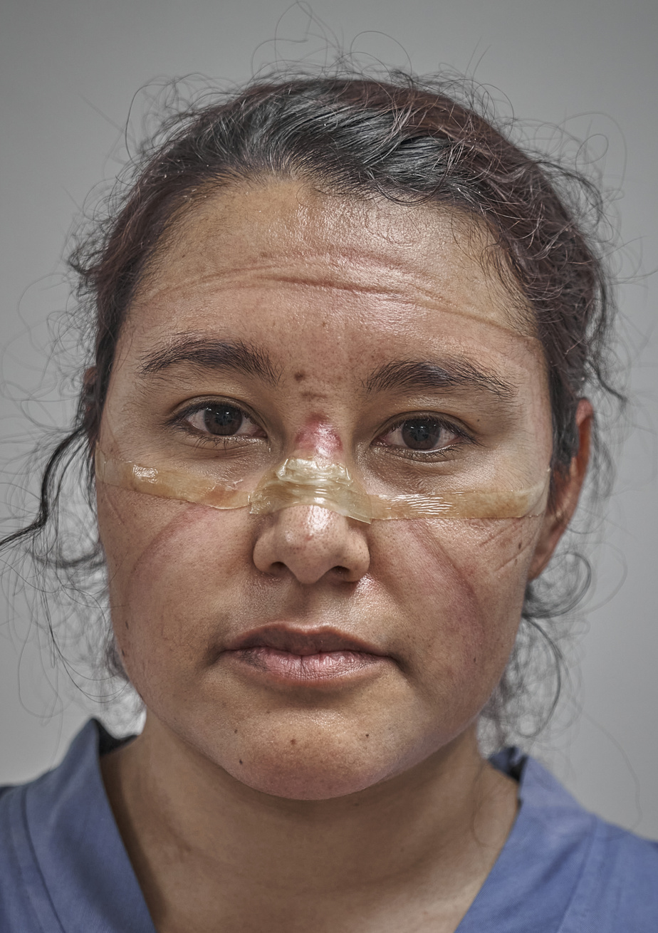 Les professionnels de la santé se sont retrouvés aux premières loges de la lutte contre la COVID-19 en 2020. Sur cette photo, nommée dans la catégorie «Portraits», on voit une médecin après la fin de son quart de travail à Mexico, portant sur son visage les traces de son équipement de protection personnelle.