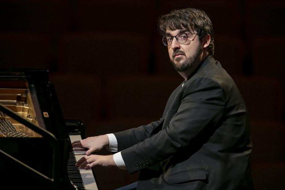 Toujours jeudi après-midi, retour à la Maison symphonique, alors que Charles Richard-Hamelin répète avec l'autre moitié de l'OSM en vue de son concert de samedi. «La dernière fois que j'ai joué ici, c'était avec M.Nagano devant 2000 personnes», raconte le pianiste, dont tous les engagements sont tombés au début de la pandémie. «Je n'ai jamais arrêté aussi longtemps.» Pour se préparer pour samedi, il a dû travailler très fort. «D'habitude, on connaît nos engagements plus d'un an d'avance. Là, ça s'est décidé fin juillet, et le concerto de Beethoven que je vais jouer est nouveau à mon répertoire.»