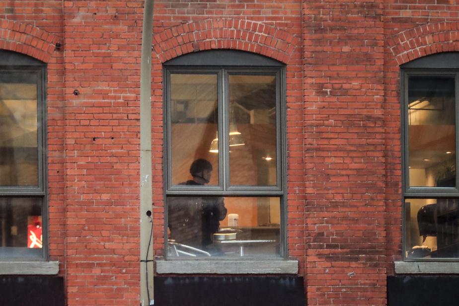 Un policier du GTI fouille l'édifice après l'évacuation des employés.