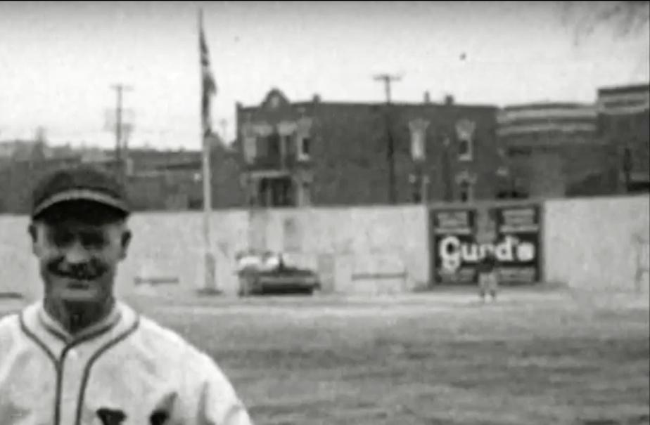 Le drapeau, dans le champ centre, et la publicité de Gurd's